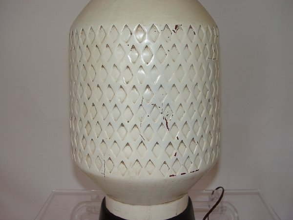 Vintage Mid Century Ceramic. Table Lamp. Vintge White Geometric Pattern Table  Lamp With Black Base